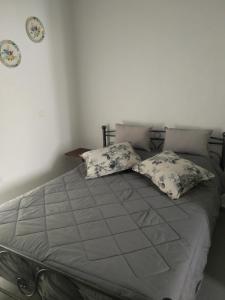 Ένα ή περισσότερα κρεβάτια σε δωμάτιο στο Haris House