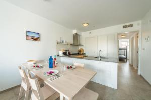 A kitchen or kitchenette at Torrevieja I Familjehus I Pool I Fiber