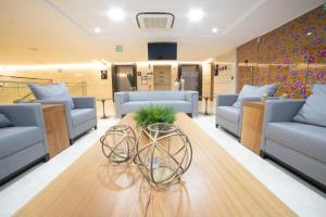 Uma área de estar em Intercity Campina Grande Citymix