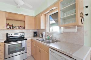 A kitchen or kitchenette at Sunrise Delight