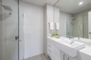 A bathroom at Astra Apartments Newcastle (Merewether)