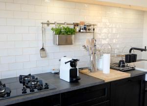 Cuisine ou kitchenette dans l'établissement Kerpalud, maison néo-bretonne, près de Paimpol