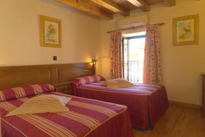 A bed or beds in a room at Hotel Jacobeo