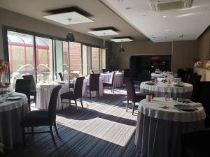 A restaurant or other place to eat at Brit Hotel Du Dauphin L'Aigle