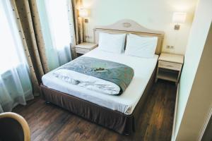 Кровать или кровати в номере Бизнес-отель Времена Года