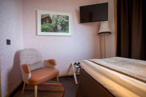 A bed or beds in a room at Hotell Årstaviken