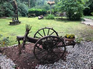 Ein Garten an der Unterkunft Bredeneeker Gasthaus