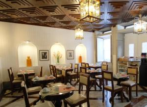 A restaurant or other place to eat at Hotel Jardim Viana do Castelo