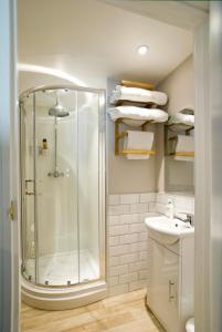 A bathroom at Hunters Lodge Inn