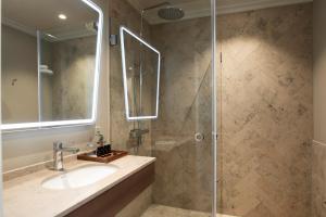 Ett badrum på Elite Hotel Savoy