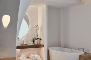 Salle de bains dans l'établissement Nikki Beach Resort & Spa Santorini