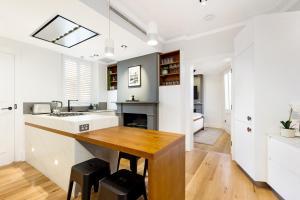A kitchen or kitchenette at The Rocks Heritage to Designer Barangaroo Luxury