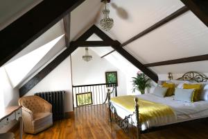 A bed or beds in a room at Welch House