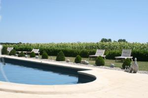 The swimming pool at or near Dunes Charme et Douceur de Rosiès