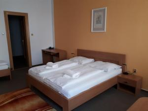 A bed or beds in a room at Hotel Maria