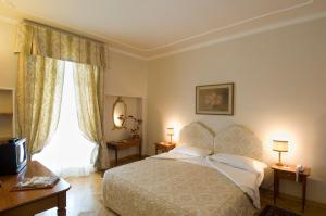 A bed or beds in a room at Hotel Cappelli
