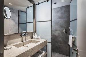 A bathroom at Paloma Finesse Side