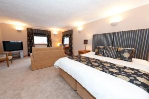A bed or beds in a room at The Sorn Inn