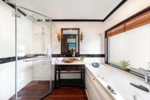 A bathroom at Huong Hai Sealife Cruise