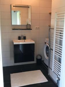 A bathroom at De Hooiberg