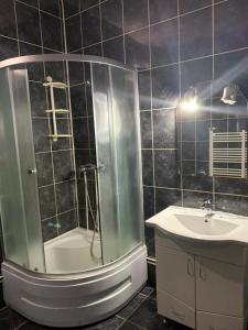 A bathroom at Pensiunea Man President