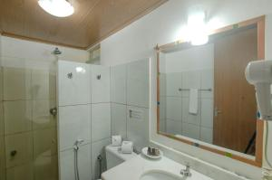 A bathroom at Pousada Borboleta