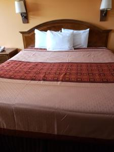 A bed or beds in a room at Shasta Lodge