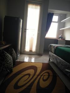 A bed or beds in a room at Apartemen Springlake Summarecon Bekasi