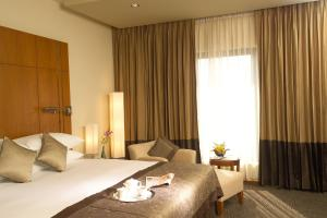 A bed or beds in a room at Radisson blu Dhaka Water Garden