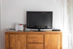 Una televisión o centro de entretenimiento en Apartament Tarracoliva