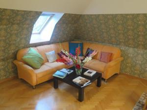 Posezení v ubytování Schoenbrunn Gardens Deluxe Apartment