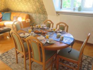 Restaurace v ubytování Schoenbrunn Gardens Deluxe Apartment