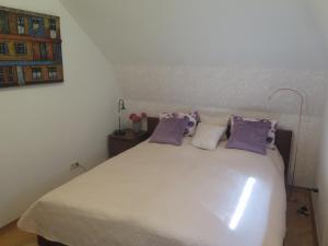 Postel nebo postele na pokoji v ubytování Schoenbrunn Gardens Deluxe Apartment