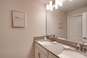 A bathroom at Storey Lake 4bd/3ba- Pool- Near Disney- Water Park