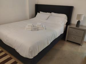 A bed or beds in a room at Modern DOWNTOWN Loft Near ROGERS PLACE,SHAW CONF