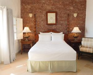 A bed or beds in a room at Le Petit Greek