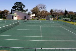 Tennis and/or squash facilities at Eight Bells Mountain Inn or nearby