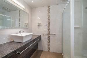 A bathroom at Comfort Inn Heritage Wagga