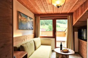 Ein Sitzbereich in der Unterkunft Alpenhof Pitztal