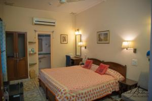 A bed or beds in a room at Hotel Arya Niwas