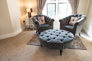 A seating area at Abbots Oak Manor