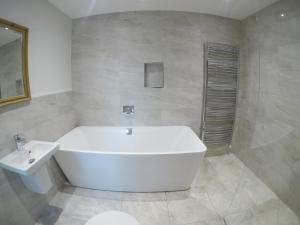 A bathroom at Abbots Oak Manor