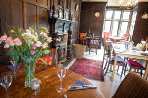 A restaurant or other place to eat at Abbots Oak Manor
