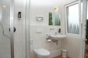 Ein Badezimmer in der Unterkunft Hotel Krauthof