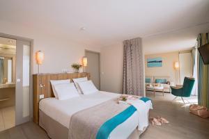 A bed or beds in a room at Hôtel de la Baie - Thalassothérapie PREVITHAL