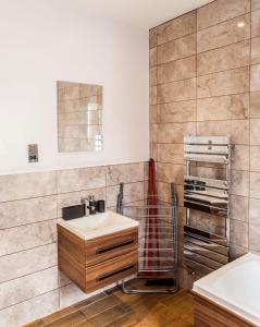 A bathroom at Cyrus House