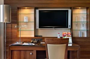 A television and/or entertainment centre at Fleming's Selection Hotel Frankfurt-City