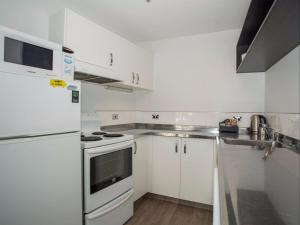 A kitchen or kitchenette at Clearbrook Motel & Serviced Apartments