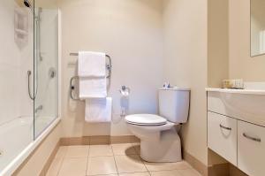 A bathroom at Beachside Resort Motel Whitianga