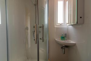A bathroom at Granada Apartments